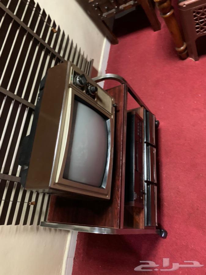 للبيع تلفزيون شارب قديم مع الطاولة فقط