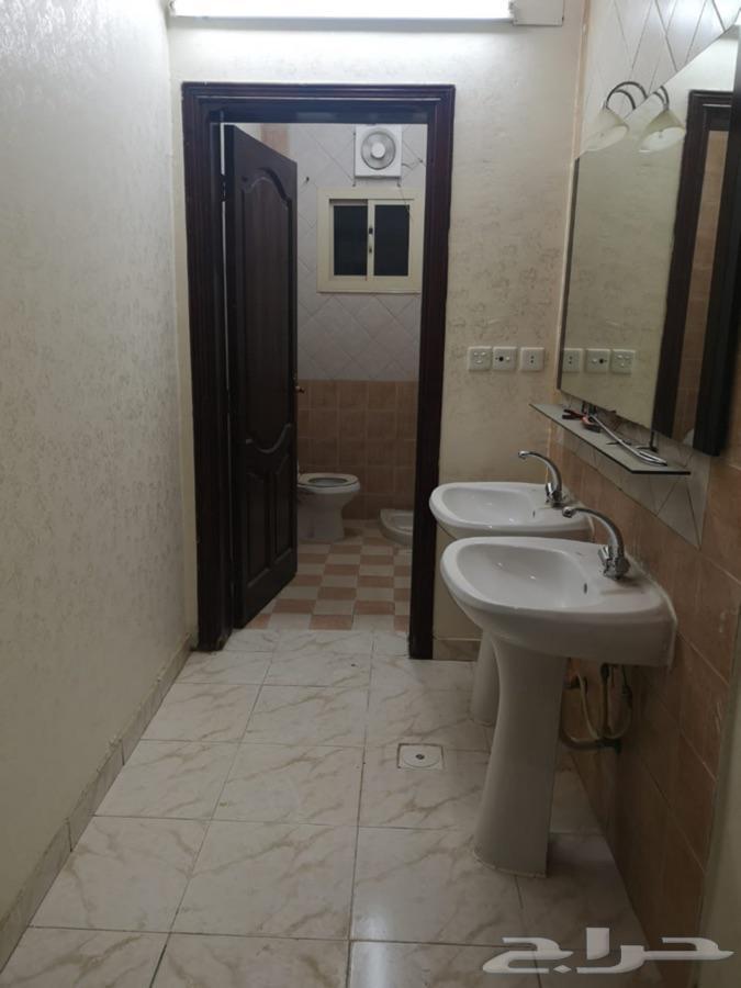 شقه للايجار 4 غرف 3 دورات مياه صاله مطبخ دور ارضي