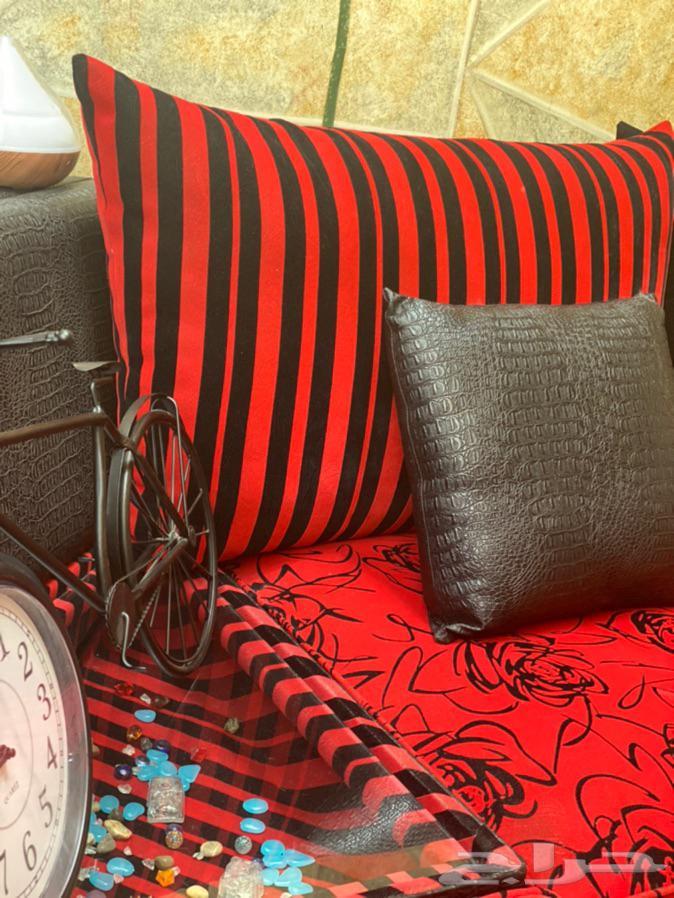 كنب متصل احمر مع اسود مع جلد وخشب مستعمل بالرياض