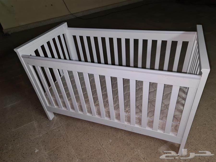 للبيع سرير أطفال مع مرتبة و محبس العاب وكرسي