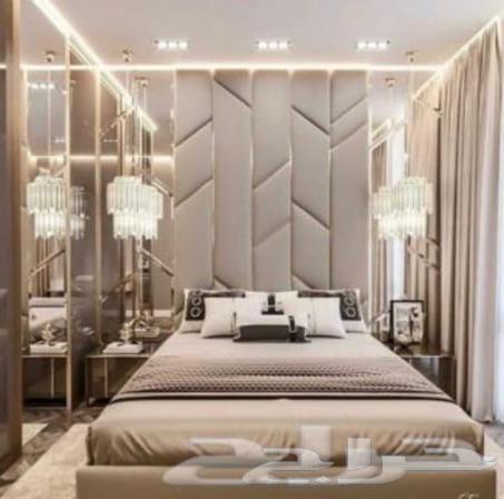 سرير مع خلفية ديكورات