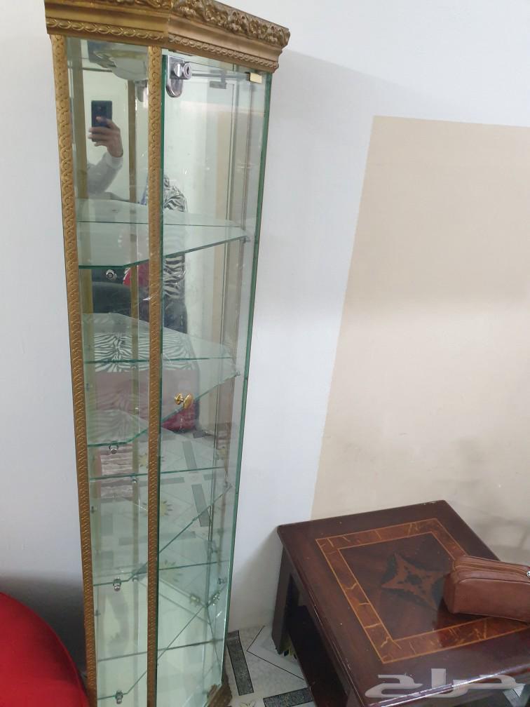 مكتب وطاولة قهوة ودولاب زجاجي